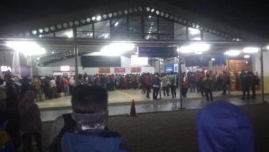 Photo of Ribuan Calon Penumpang Menumpuk di Stasiun Bogor, Pemkot Minta Perjalanan KRL Dipangkas