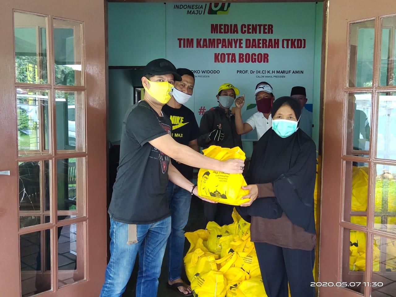 Bantuan dari Ketua DPD Golkar Kota Bogor Tauhid J Tagor diberikan kepada Kader dan masyarakat Kota Bogor di Kantor Sekretariat Partai.