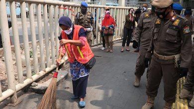 Photo of Hari Pertama Pemberlakuan Sanksi PSBB Kota Bogor, 18 Orang Dihukum Bersihkan Sampah