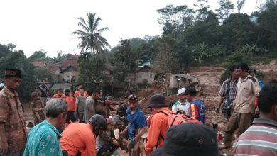 Photo of Longsor Terjang Leuwisadeng Bogor, Satu Tewas dan Puluhan Warga Mengungsi