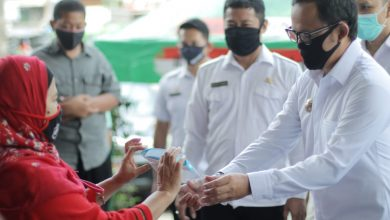 Photo of Tebar 450 Face Shield, Bima Arya Samakan Pedagang dengan Tenaga Medis Soal Bahaya Covid-19