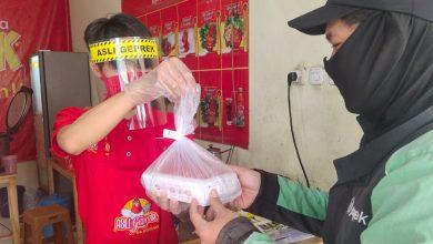 Photo of Hadapi New Normal, GoFood Distribusikan Ribuan Paket Sanitasi dan Masker ke UMKM Jabar Banten
