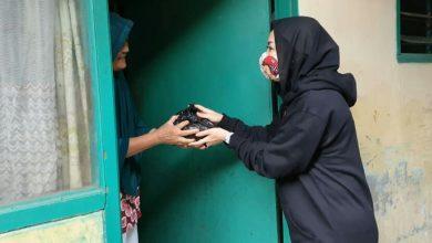 "Photo of Warga Sumringah, Mendapat Paket ""BajuRok"" Dari PKK Kelurahan Babakan Bogor"