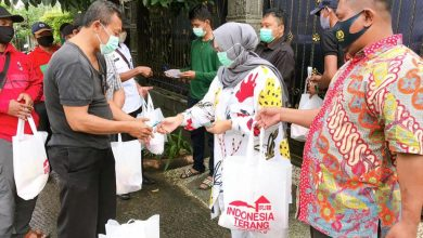 Photo of Peduli Covid-19, PT. IRJ Bagikan 10 Ribu Sembako Untuk Warga dan Insan Pers