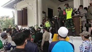 Photo of Ricuh, Ratusan Massa Pendukung Pembebasan Habib Rizieq Kepung Balaikota Bogor