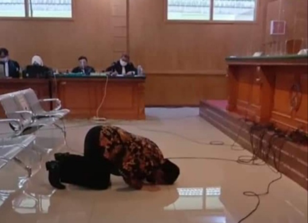 Photo of Mantan Sekdis DPKPP Kabupaten Bogor, Iryanto Sujud Syukur Di Vonis Bebas