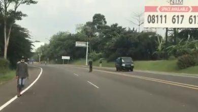 Photo of Rejeki Disaat PPKM Darurat, Sang Joki Nekad Jajakan Diri Di Tol Jagorawi Bogor.